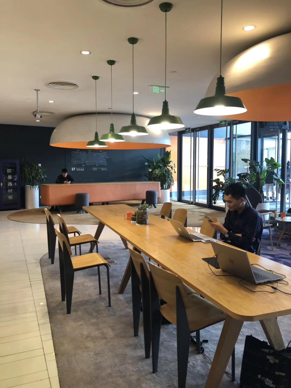 中国の起業家が集まるオープンオフィスでは日々どう稼ぐかのディスカッションが絶えません!