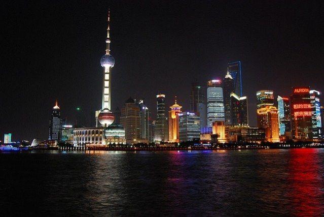 東方明珠電視塔を含む浦東の夜景